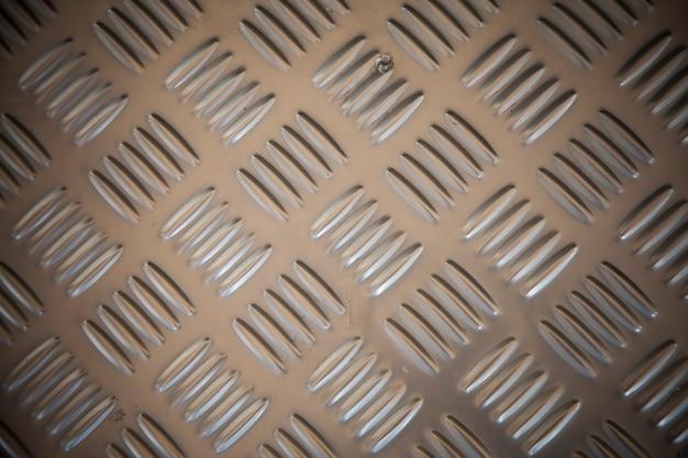 Aço inoxidável com padrão antiderrapante.