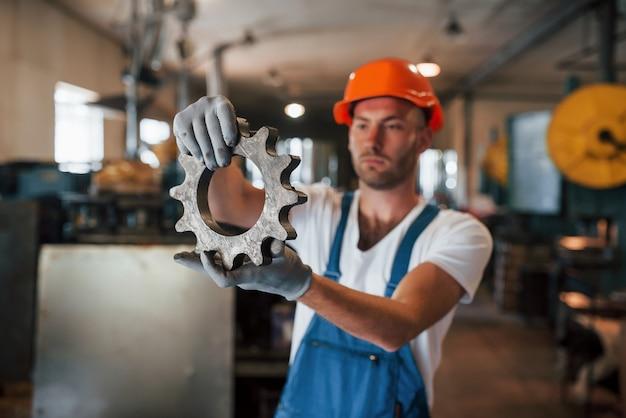 Aço inoxidável. homem de uniforme trabalha na produção. tecnologia industrial moderna.