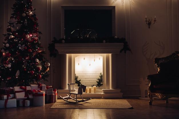 Acolhedor apartamento decorado para o natal. noite de natal.