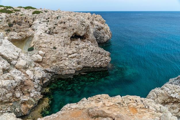 Acolhedora baía pitoresca nas margens do mar mediterrâneo