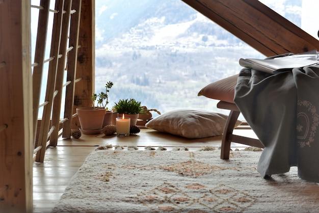 Acolhedora sala de descanso em um chalé de montanha