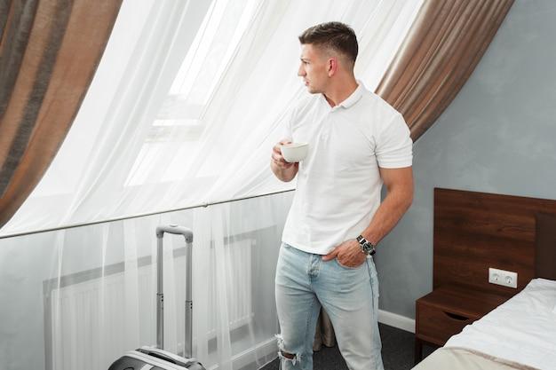 Acomodação do quarto do hotel do viajante de negócio do homem novo
