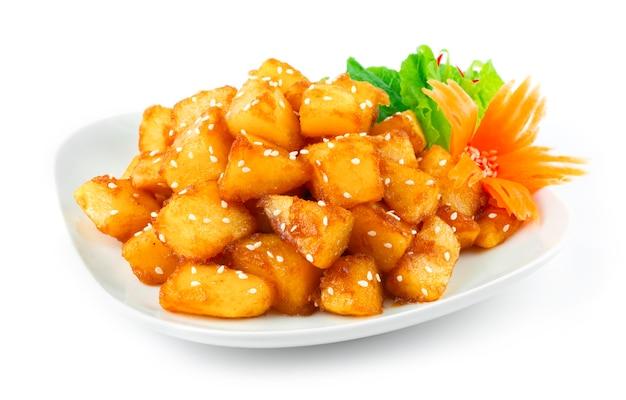 Acompanha batatas coreanas gamja bokkeum ou gamja jorim em molho doce polvilhe com gergelim e decore cenoura entalhada e vegetais visuais