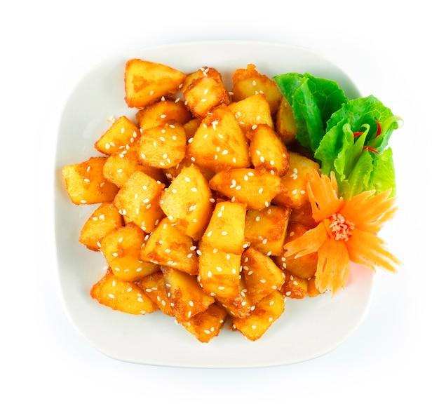 Acompanhamento coreano batatas gamja bokkeum ou gamja jorim em molho doce polvilhe com gergelim decore cenoura entalhada e vegetais vista de cima