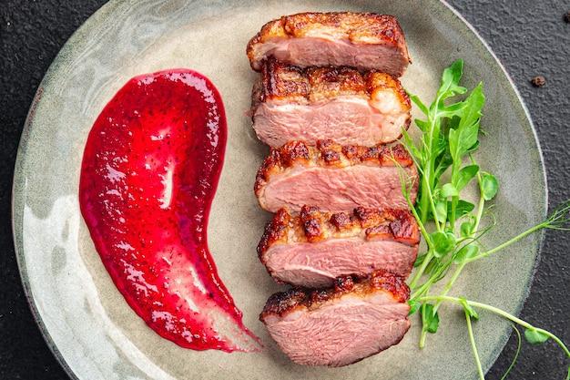Acompanhamento de peito de pato segundo prato fresco pronto para comer refeição lanche na mesa cópia espaço comida