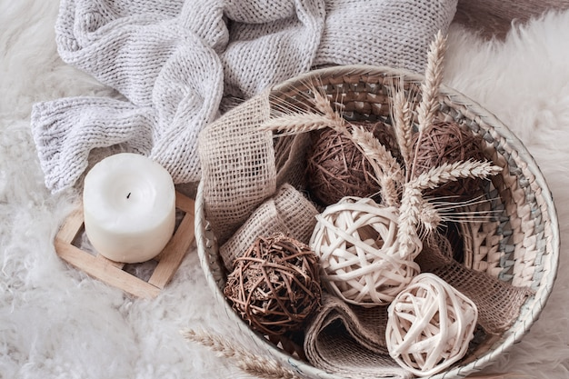 Aconchegante casa ainda vida com cesta de vime com decoração.