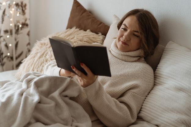Aconchegante dia de inverno de outono. livro de leitura de mulher. estilo de vida confortável