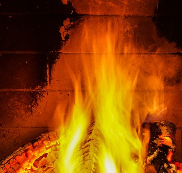 Aconchegante fogo na lareira, férias de inverno.