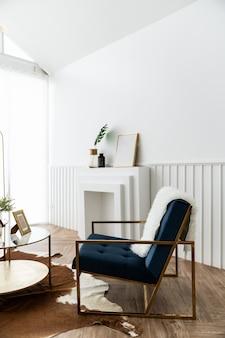 Aconchegante sala de estar com poltrona de tecido de veludo azul e dourado e mesa de centro com espelho dourado em estilo clássico moderno, com cenário de iluminação natural