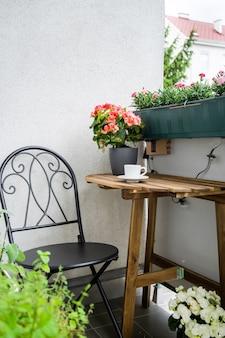 Aconchegante varanda verde com verdes e flores no verão. zona de conforto doméstico. jardinagem hobby