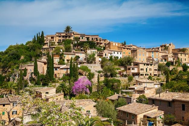 Aconchegante vila deia na colina