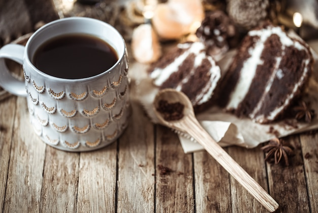 Aconchegante xícara de chá e pedaço de bolo