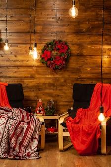 Aconchegantes chiars de natal em bela casa lindas luzes de natal. atmosfera mágica