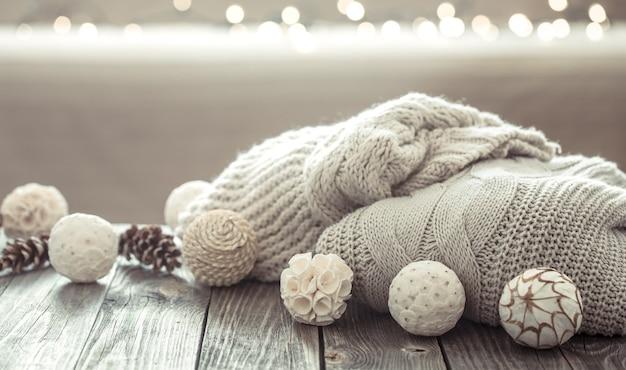 Aconchegantes decorações de natal em uma mesa de madeira