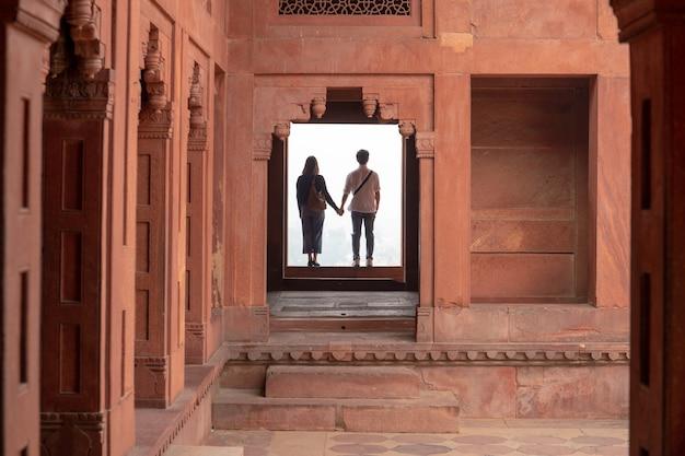 Acople guardar as mãos ao visitar um fatehpur sikri, uttar pradesh.