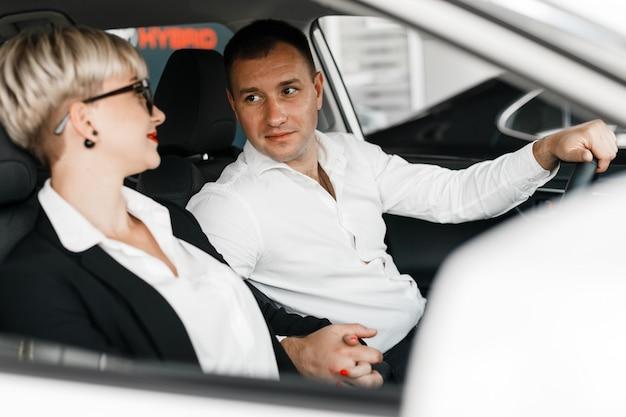 Acople o assento dentro de um salão de beleza do carro e a vista macio de se.