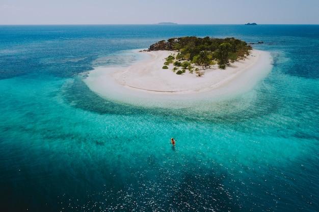Acople passar o tempo em uma ilha tropical remota bonita nas filipinas. conceito sobre férias e estilo de vida. canoagem e atividades