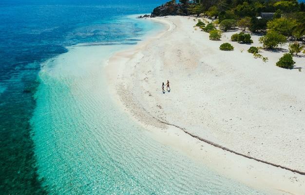 Acople passar o tempo em uma ilha tropical remota bonita nas filipinas. conceito sobre férias e estilo de vida.
