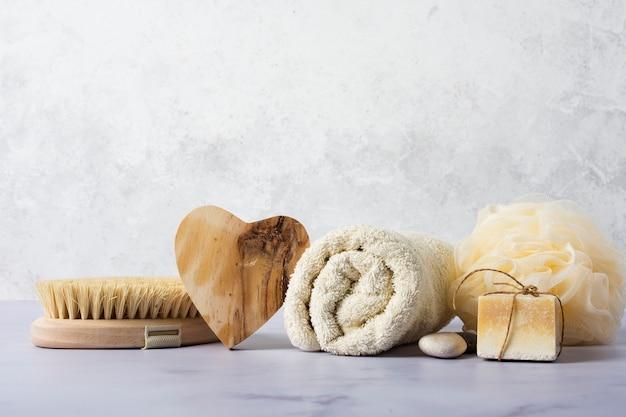 Acordo com elementos de banho na mesa de mármore