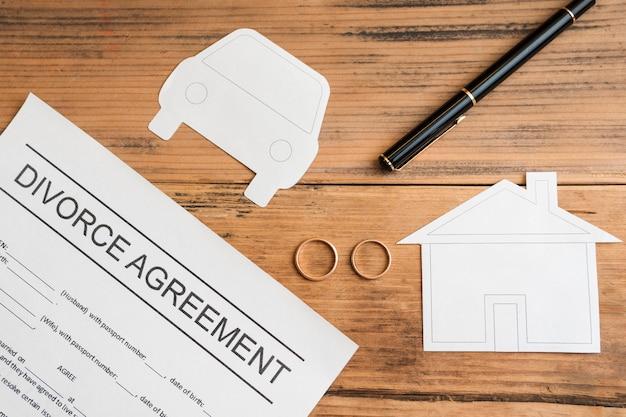 Acordo de divórcio em fundo de madeira