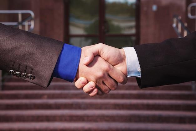 Acordo de negócios. aperto de mão no fundo banco. apertem as mãos. parceiros de amizade.