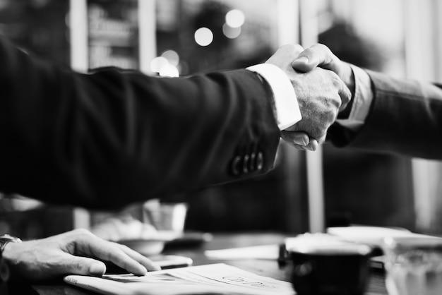 Acordo de negócios por meio de um aperto de mão