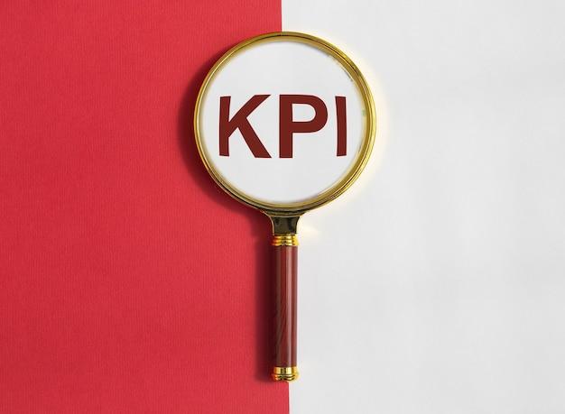 Acrônimo da palavra chave do indicador de desempenho kpi através da lupa