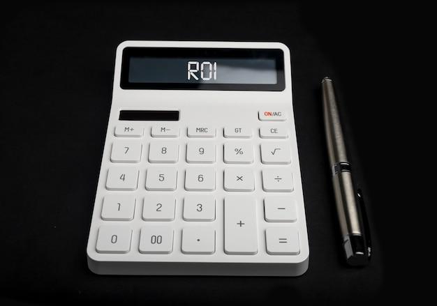 Acrônimo roi. retorno do investimento na calculadora.
