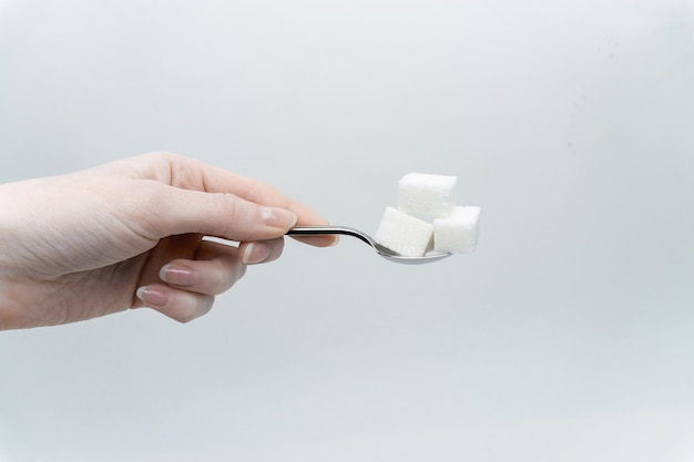 Açúcar branco em uma colher de chá