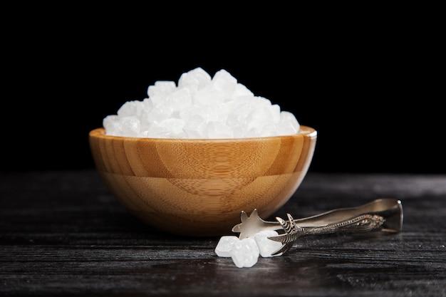 Açúcar branco em uma tigela