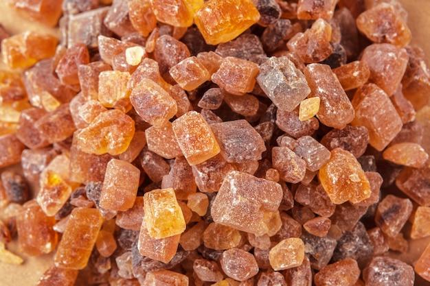 Açúcar de cana saudável em um fundo marrom de madeira