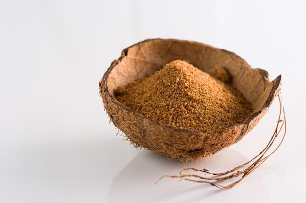 Açúcar de coco natural granulado em casca de coco
