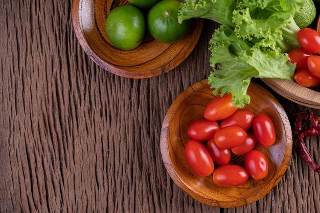 Açúcar de palma, cebola roxa, pimentão seco, tomate, pepino, feijão longo e alface em uma tigela.