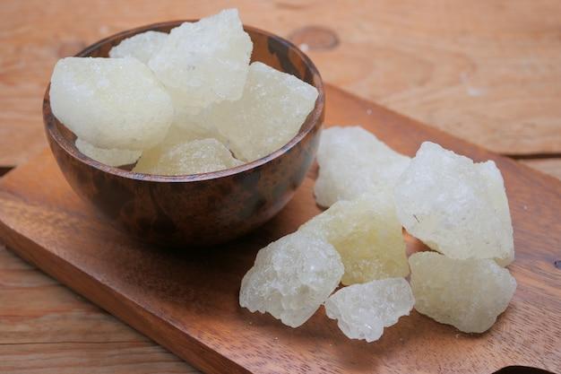 Açúcar de rocha em uma tigela