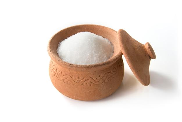 Açúcar em panelas de barro isolado no fundo branco