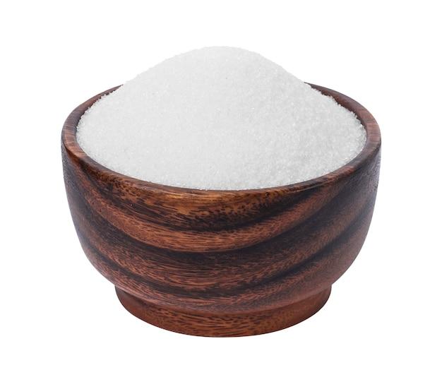 Açúcar em uma tigela de madeira isolado no branco