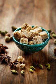 Açúcar mascavo e especiarias cardamomo e anis