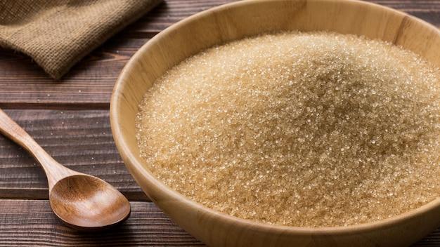 Açúcar mascavo em bolw de madeira