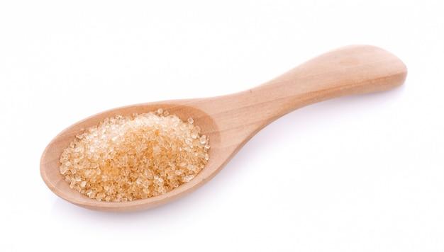 Açúcar mascavo em colher de pau isolado