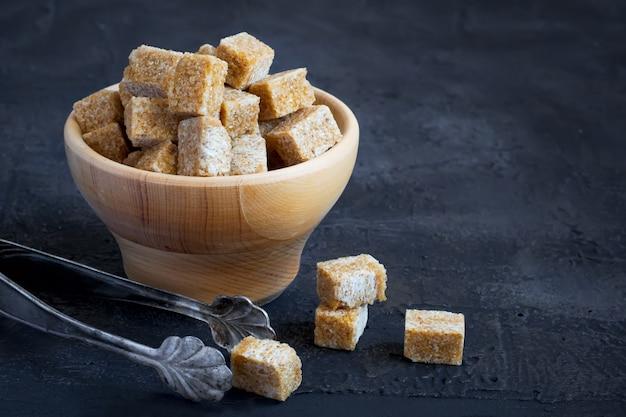 Açúcar mascavo em uma tigela de madeira