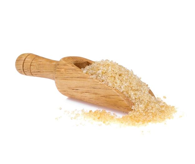 Açúcar mascavo na colher de madeira isolado no fundo branco