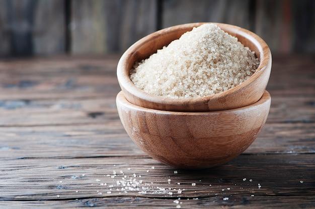 Açúcar mascavo na mesa de madeira