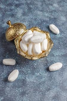 Açúcar mevlana, doces de açúcar branco específicos da turquia, vista superior