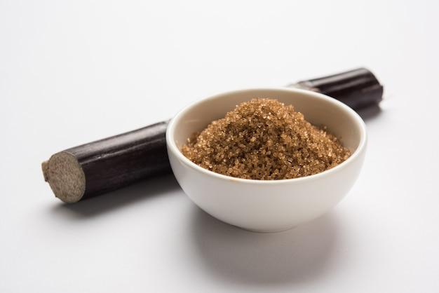 Açúcar não refinado de cor marrom - subprodutos da cana-de-açúcar ou da ganna servidos em uma tigela. foco seletivo