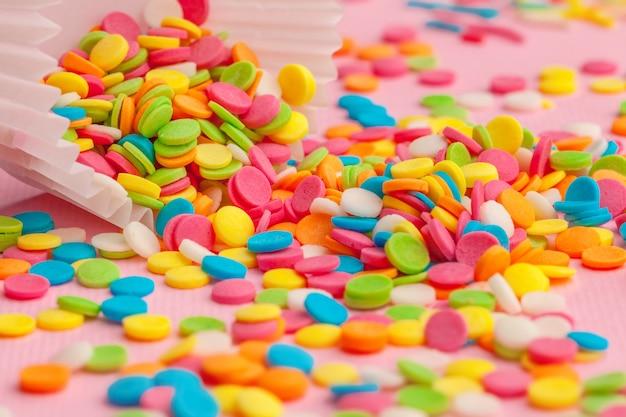 Açúcar polvilha comida em papelão rosa