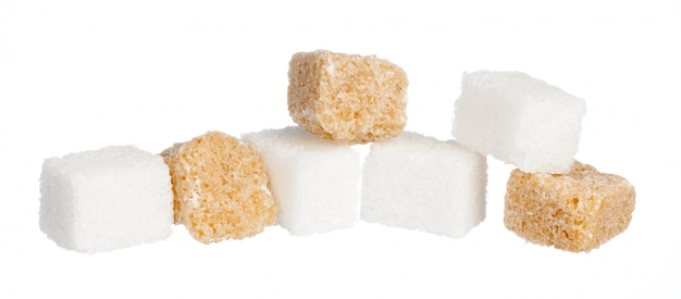 Açúcar refinado branco e cubos de açúcar refinado marrom