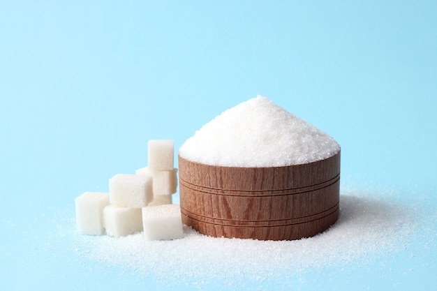 Açúcar refinado em um fundo colorido conceito de diabetes excesso de açúcar