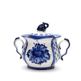 Açucareiro de porcelana no estilo de gzhel, isolado