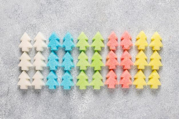 Açúcares coloridos em forma de árvore de natal.