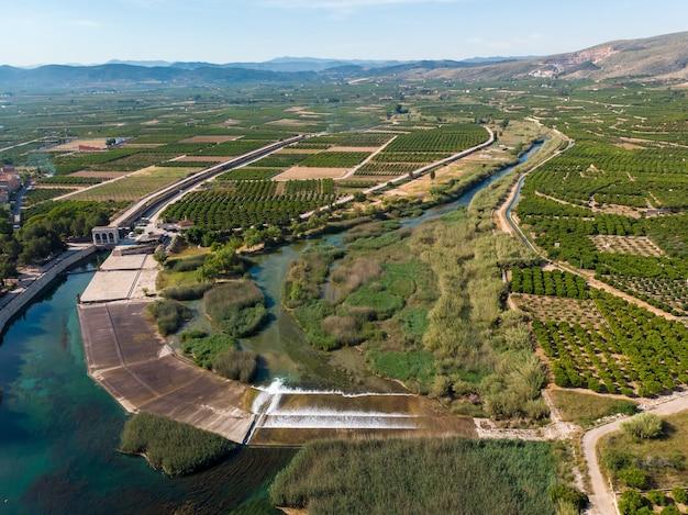 Açude antella no rio jucar (azud de antella) rodeado por campos de laranjeiras na província de valência, espanha